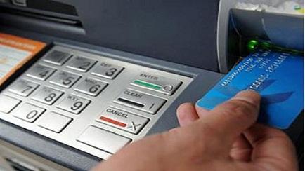 Tại sao thẻ ATM giả vẫn rút được tiền?