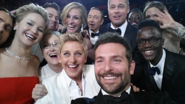 """Bức ảnh tự sướng của Ellen DeGeneres chụp cùng một loạt siêu sao tại lễ trao giải Oscars 2014 bằng chiếc Galaxy Note 3 đã phá kỷ lục về lượng chia sẻ trên Twitter, song với tổng thống Obama, đây chỉ là một """"trò thu hút sự chú ý khá rẻ tiền""""."""