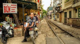 Cuộc sống bên đường ray Hà Nội qua mắt người nước ngoài