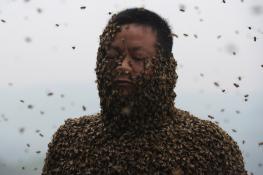 Rùng mình với người đàn ông trong bộ váy... ong mật