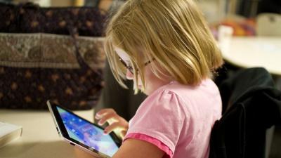 Đừng cho trẻ em dùng smartphone/tablet