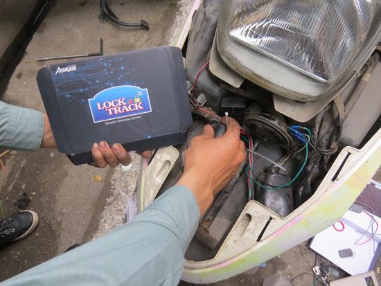 Vô hiệu hoá kẻ gian trộm xe máy bằng khóa điện tử Lock&Track