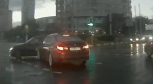 Ô tô ma xuất hiện ngay giữa đại lộ đông đúc
