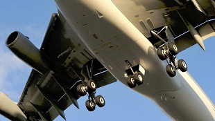 Ôm bánh máy bay du hành từ Mỹ sang... Hawaii