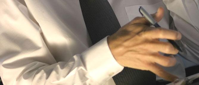 Tại sao áo sơ mi trắng sẽ trông giống màu cháo lòng?
