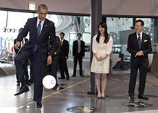 Tổng thống Mỹ đá bóng với... robot Nhật