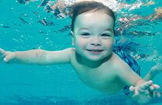 Clip dạy bơi cho trẻ sơ sinh lay động cảm xúc