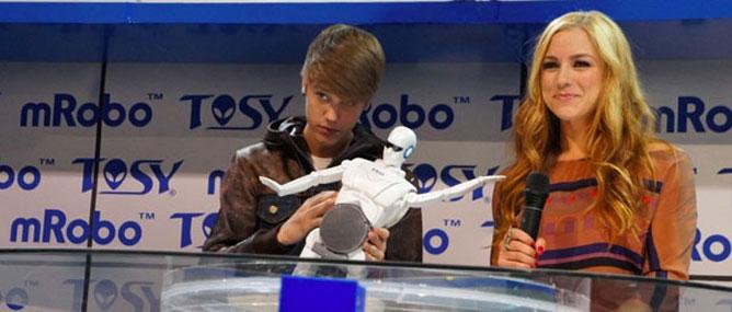 """Cát-xê Justin Bieber ra mắt robot Tosy là """"6 chữ số"""""""