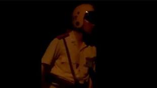 Video nóng trên mạng: CSGT chửi bậy, rút súng dọa bắn người dân