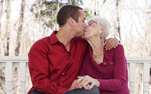 Con trai 31 tuổi đưa bạn gái 91 tuổi về ra mắt mẹ