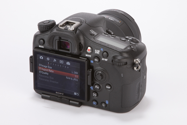 """Sau 2 năm không ra mắt thêm một chiếc máy ảnh sử dụng A-mount nào, Sony ra mắt chiếc Alpha 77 II với cảm biến 24,3MP và danh hiệu tự phong """"Ông vua của APS-C"""". Liệu ông lớn Nhật Bản có quá lời khi tuyên bố như vậy?"""