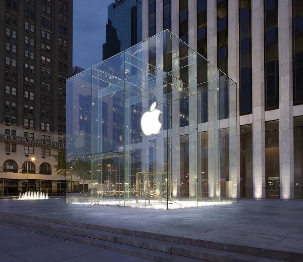 """Trong một cuộc phỏng vấn với ĐH Kinh tế Stanford, cựu giám đốc bán lẻ Ron Johnson của Apple đã hé lộ những chi tiết đáng chú ý về chuỗi cửa hàng danh giá nhất hành tinh: """"Đó không phải là chỗ để mua hàng, mà chỉ là chỗ để đến""""."""