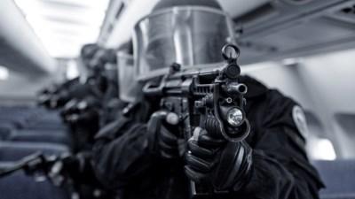 Đang bắn CS thì bị... SWAT đột kích