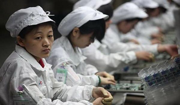"""Chỉ vài ngày sau khi một đối tác lắp ráp của Samsung bị Tổ chức Theo dõi Lao động Trung Quốc tổ giác có sử dụng lao động trẻ em, Samsung đã ra tuyên bố xác nhận sự việc này và ngừng hợp tác với công ty nói trên.  Ngay sau khi Tổ chức Theo dõi Lao động Trung Quốc phát hiện ra nhà máy Dongguan Shinyang Electronics đặt tại Quảng Đông, Trung Quốc có dấu hiệu sử dụng nhân công chưa đủ tuổi lao động, Samsung đã tiến hành điều tra và sau đó phát hiện các trường hợp """"nghi vấn"""". Trong ngày hôm nay, thứ hai 14/7, Samsung đã ngay lập tức ra thông báo đình chỉ hợp tác với Dongguan Shinyang để làm rõ thái độ không nhân nhượng với hành vi lạm dụng trẻ em nói trên. Theo tuyên bố của Samsung, công ty Hàn Quốc đã thực hiện tới 3 buổi kiểm tra tại Dongguan từ 2013 đến ngày 25/6/2014. Tất cả các cuộc kiểm tra này đều cho thấy nhà máy lắp ráp trên không sử dụng lao động chưa đủ tuổi. Theo cáo buộc của Tổ chức Theo dõi Lao động Trung Quốc, hành vi thuê nhân công trái phép được Dongguan bắt đầu thực hiện từ ngày 29/6. Trong thông cáo của mình, Samsung cũng tuyên bố sẽ thắt chặt quá trình tuyển dụng tại các nhà máy của chính mình và của các đối tác cung ứng. Do hầu hết các công ty công nghệ đều sử dụng các đối tác Trung Quốc để gia công sản phẩm, cả Apple và Samsung đều đã nhiều lần bị chỉ trích vì ngược đãi người lao động hoặc sử dụng lao động trẻ tuổi. Trong năm 2012, cả thế giới rúng động khi tin tức về các vụ tự tử của công nhân tại nhà máy của Foxconn (đối tác lắp ráp iPhone) liên tiếp xuất hiện. Lê Hoàng Theo PhoneArena http://www.phonearena.com/news/Samsung-suspends-business-with-Chinese-supplier-after-finding-evidence-of-illegal-hiring_id58156"""