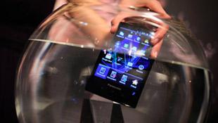 Cận cảnh smartphone chống nước Panasonic Eluga