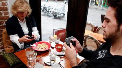 Nhà hàng phục vụ chậm chỉ vì... smartphone