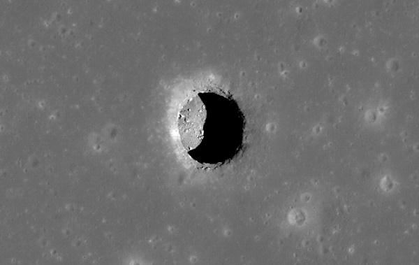 Bề mặt mặt trăng không chỉ nhiều miệng núi lửa mà còn có rất nhiều lỗ hổng. Theo NASA, các hang động nối liền các miệng lỗ này có thể là nơi trú ẩn của các phi hành gia tương lai.