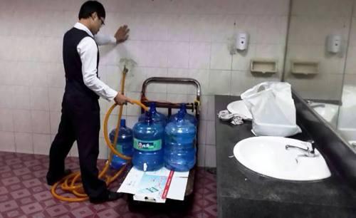 Ảnh bơm nước toilet vào bình nước tinh khiết gây sốt trên mạng