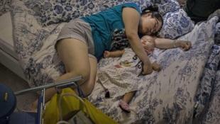 Dân Trung Quốc thoải mái ngủ say sưa trong... siêu thị