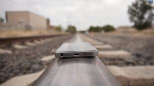 iPhone 5s thử sức với... tàu hỏa