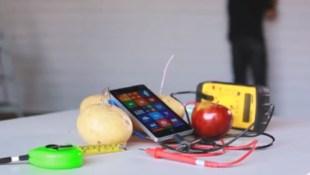 Sạc Nokia Lumia 930 bằng... táo và khoai tây