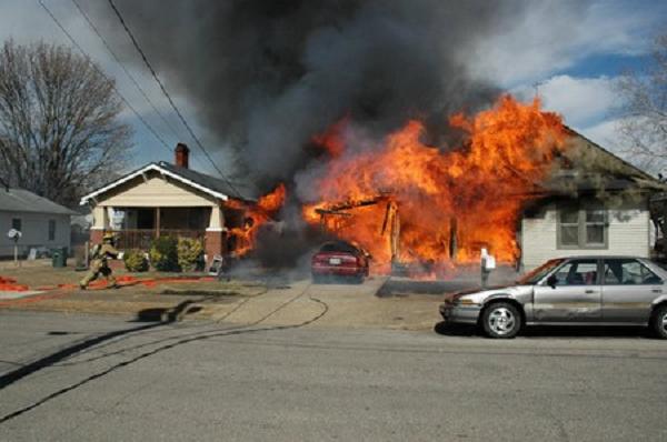 Cô gái chết vì cố gắng cứu điện thoại của mình trong đám cháy