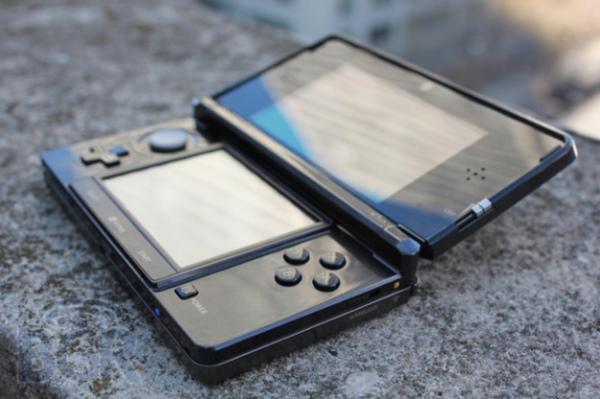 """Trong quý tài chính vừa qua, doanh số máy chơi game cầm tay 3DS gần như """"sụp đổ"""": 820.000 chiếc. Cũng giống như Motorola và Nokia, Nintendo đã trở thành nạn nhân của chính mình khi ra mắt """"cú hit"""" cuối cùng cho một triết lý sản phẩm đã quá lỗi thời."""