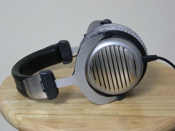 Các loại tai nghe cỡ lớn được chia ra làm 2 kiểu thiết kế chính: mở (open-back) và đóng (closed-back). Thiết kế mở và đóng sẽ là yếu tố chính ảnh hưởng tới cả chất lượng âm thanh lẫn trải nghiệm sử dụng. MA900 đang là sản phẩm đầu bảng của Sony trên thị trường tai nghe cao cấp