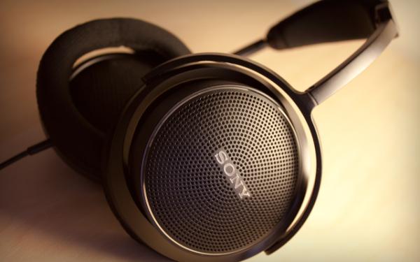 Các loại tai nghe cỡ lớn được chia ra làm 2 kiểu thiết kế chính: mở (open-back) và đóng (closed-back). Thiết kế mở và đóng sẽ là yếu tố chính ảnh hưởng tới cả chất lượng âm thanh lẫn trải nghiệm sử dụng.