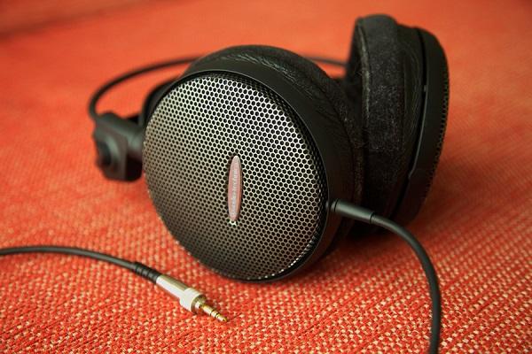 Các loại tai nghe cỡ lớn được chia ra làm 2 kiểu thiết kế chính: mở (open-back) và đóng (closed-back). Thiết kế mở và đóng sẽ là yếu tố chính ảnh hưởng tới cả chất lượng âm thanh lẫn trải nghiệm sử dụng. 3 dòng tai nghe rất được ưa thích từ nước Đức: Beyerdynamic DT880, AKG K701 và Sennheiser HD650