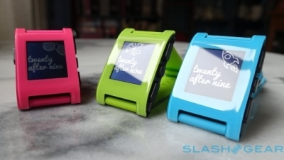 Smartwatch Pebble làm mới với 3 màu tươi trẻ