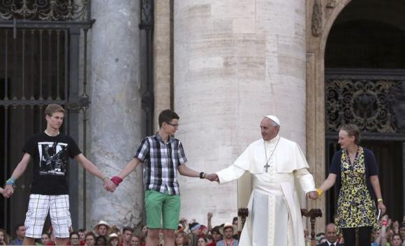 Khi trò chuyện tại quảng trường Thánh Peter, Vatican, Giáo Hoàng Francis đã kêu gọi 50.000 thanh niên người Đức không phí thời gian vào Internet, smartphone và TV.