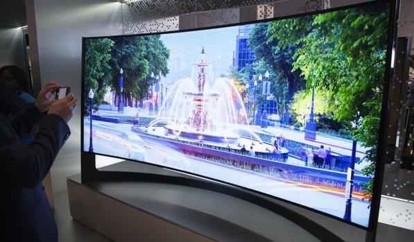 """Tiếp bước Samsung, Sony đã ra mắt một chiếc TV màn hình cong độ phân giải """"khủng"""" Ultra HD 4K với kích cỡ 65 inch và 75 inch.  Dù cho các chuyên gia công nghệ có đánh giá TV màn hình cong là một công nghệ """"mang tính quảng cáo và không hữu dụng"""", Sony vẫn quyết định tiếp tục đẩy mạnh tấn công vào thị trường rất mới mẻ này. Tại sự kiện IFA sắp diễn ra tại Berlin vào tháng tới, Sony sẽ trình diễn 2 dòng TV cong mới: KD-65S9005B (65-inch) và KD-75S9005B (75-inch). Cả 2 dòng TV này đều sẽ có độ phân giải Ultra HD 4K và sẽ cạnh tranh với các sản phẩm đình đám từ LG và Samsung. Mức giá cụ thể của 2 chiếc TV màn cong Ultra HD này chưa được công bố, song Sony sẽ phải cạnh tranh với các mẫu HU9000 có giá """"chỉ"""" từ 4.300 USD (91 triệu đồng) tới 8.000 USD (170 triệu đồng). Gần như chắc chắn, các mẫu TV màn cong mang thương hiệu Sony sẽ có mức giá không hề dễ chịu. Theo các đánh giá sơ bộ, độ cong của các mẫu TV Sony mới sẽ không rõ rệt như các sản phẩm của Samsung. Công ty Nhật Bản khẳng định thiết kế cong đột phá sẽ giúp tăng chất lượng âm thanh. Các công nghệ khác bao gồm đèn LED có hỗ trợ local dimming (làm tối cục bộ), công nghệ Triluminos Display và kính 3D chủ động.  Trong năm ngoái, Sony trở thành nhà sản xuất đầu tiên ra mắt TV màn cong với chiếc KDL-65S990A màn hình 65 inch. Với mức giá 53 triệu đồng, KDL-65 chỉ có độ phân giải 1080p. Sau đó, Samsung và LG đã thu hút rất nhiều sự chú ý khi ra mắt các sản phẩm TV cong độ phân giải 4K có kích cỡ lên tới… 105 inch. Vào cuối năm nay, LG cũng sẽ tiếp tục ra mắt TV 4K màn cong với giá thành vào khoảng 20.000 Bảng (71 triệu đồng) cho phiên bản 77 inch. Lê Hoàng Theo CNET http://www.cnet.com/news/sony-bows-curved-4k-tv/"""