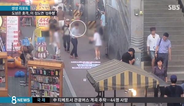 """Cảnh """"chèo kéo"""" bắt khách mua smartphone tại Hàn Quốc"""