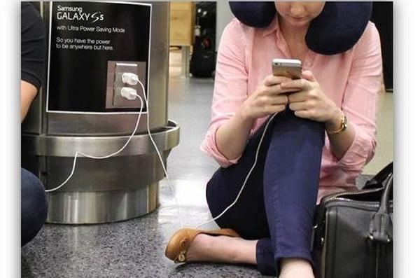 """Samsung trực tiếp """"troll"""" các iFan tại sân bay Mỹ"""