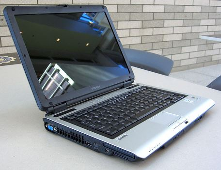 Laptop Toshiba Satellite M100-1211E có thể nâng cấp CPU và card đồ hoạ không?