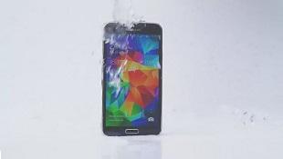Galaxy S5 chơi trò dội nước đá