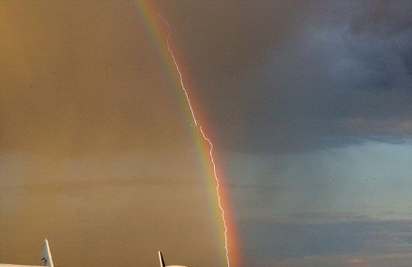 Máy bay bị sét đánh giữa ... cầu vồng
