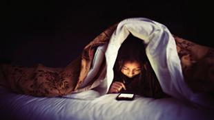 Dùng smartphone trước khi ngủ dễ mắc ung thư