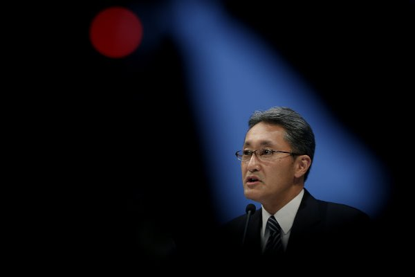 """Ai dám tin rằng một thương hiệu từng gắn với đẳng cấp và chất lượng tuyệt đối như Sony cuối cùng lại có ngày bị Apple, Samsung và LG bỏ lại phía sau? Nhưng, khi nhìn lại chuỗi tháng ngày lười thay đổi của ông lớn Nhật Bản, có lẽ câu chuyện buồn của Sony cũng không có gì bất ngờ cả.  Trinitron - thương hiệu TV """"cao cấp"""" đầu tiên của thế giới"""