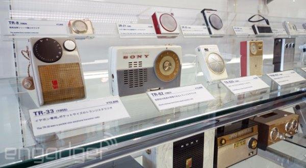 Ai dám tin rằng một thương hiệu từng gắn với đẳng cấp và chất lượng tuyệt đối như Sony cuối cùng lại có ngày bị Apple, Samsung và LG bỏ lại phía sau? Nhưng, khi nhìn lại chuỗi tháng ngày lười thay đổi của ông lớn Nhật Bản, có lẽ câu chuyện buồn của Sony cũng không có gì bất ngờ cả.