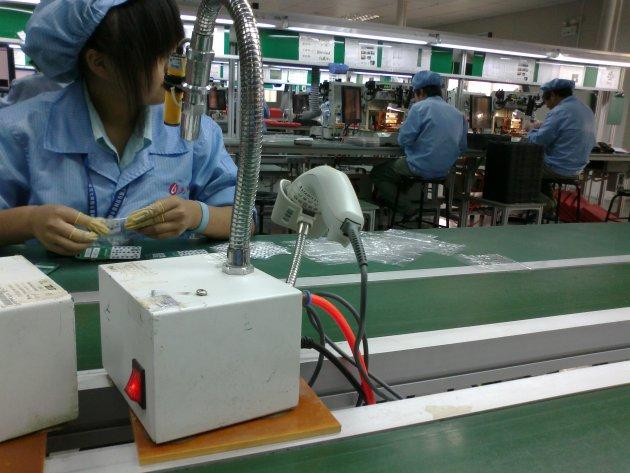 Học sinh Trung Quốc bị nhà trường ép làm tăng ca cho các nhà máy công nghệ