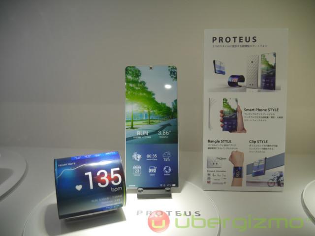 LG và Samsung cùng nhau dẫn đầu trong cuộc đua màn hình dẻo, song Kyocera – một nhà sản xuất smartphone đến từ Nhật bản mới là tên tuổi đầu tiên ra mắt một chiếc điện thoại