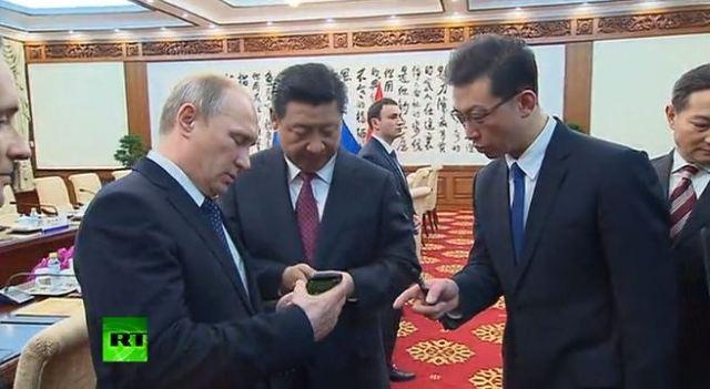 Putin tặng Yotaphone cho Tập Cận Bình