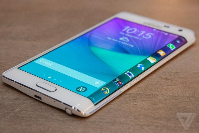 Quân bài chủ lực của Samsung để lấy lại vị thế của mình có lẽ sẽ không phải là các dòng điện thoại giá rẻ để cạnh tranh với Trung Quốc hay smartphone kim loại cao cấp để cạnh tranh với Apple.