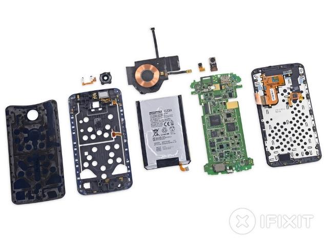 Theo đánh giá của iFixit, Nexus 6 có mức độ dễ sửa ngang bằng với iPhone 6 Plus và đàn anh Nexus 4, tuy vậy lại kém hơn một chút so với thế hệ tiền nhiệm Nexus 5.