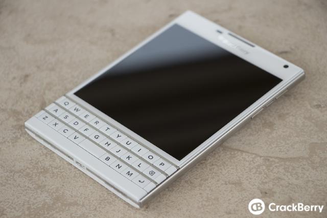 BlackBerry Passport màu trắng và đỏ đẹp lung linh trong bộ ảnh chất lượng cao