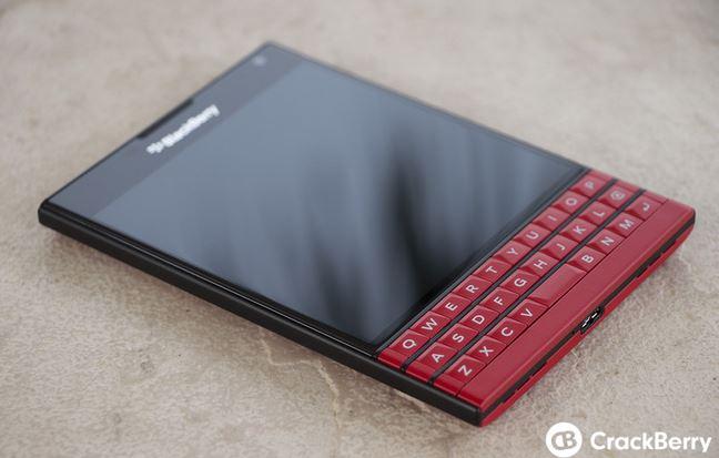 Bộ ảnh BlackBerry Passport màu đỏ và trắng quyến rũ