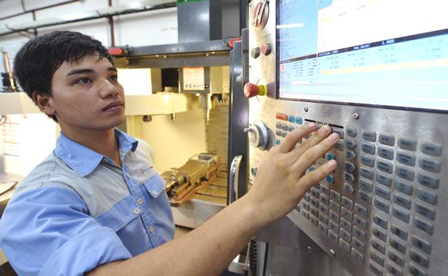 Một kĩ sư đang vận hành máy CNC sản xuất khuôn mẫu tại nhà máy SmartHome