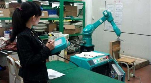 """""""1 triệu robot"""" mà CEO Terry Gou của Foxconn từng khẳng định sẽ tham gia vào sản xuất iPhone hiện giờ vẫn chưa đủ độ """"khéo léo"""" cho các tác vụ đơn giản nhất như vặn ốc vít."""